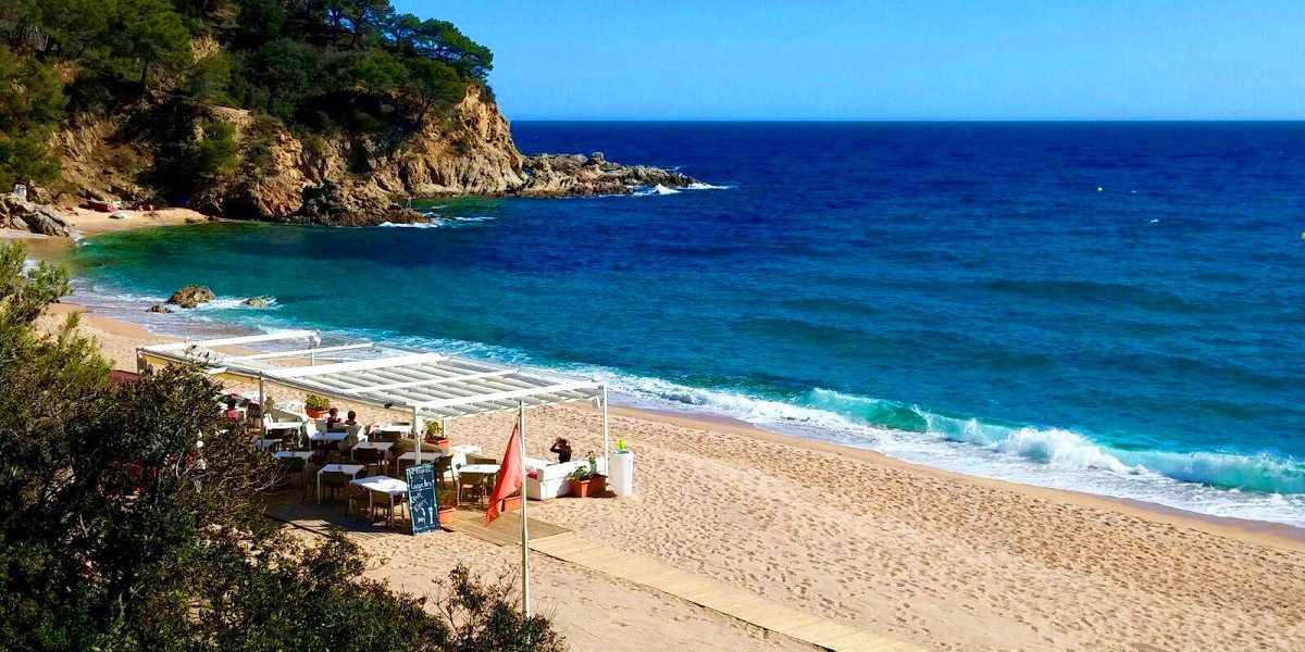 пляж Кала Каньельес в Ллорет де мар
