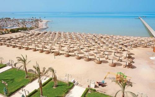 Пляж отеля AMC Royal Hotel & Spa 5*