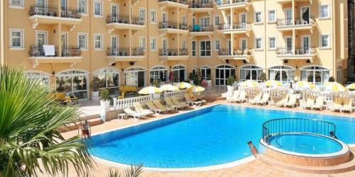 Бассейн отеля Sinatra Hotel 4*