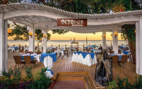 Crystal Aura Beach Resort & Spa кафе