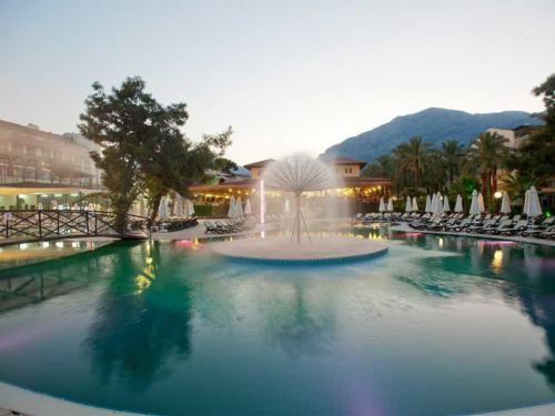 Crystal Aura Beach Resort & Spa фонтан