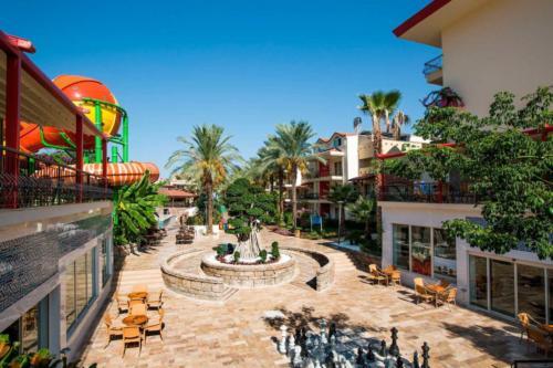 Crystal Aura Beach Resort & Spa территория