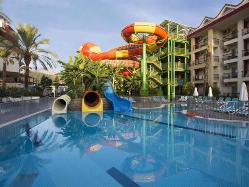 Crystal Aura Beach Resort & Spa бассейн