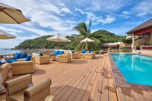 Crystal Bay Beach Resort терраса у отеля